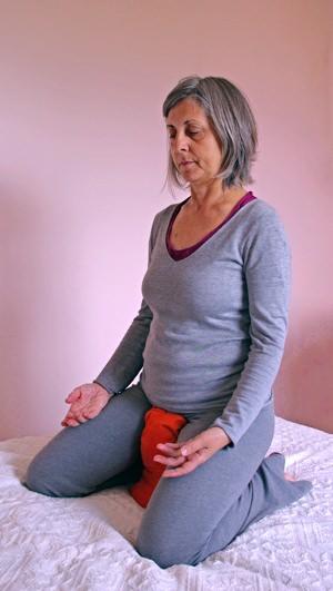 Posture de méditation avec un coussin de yoga